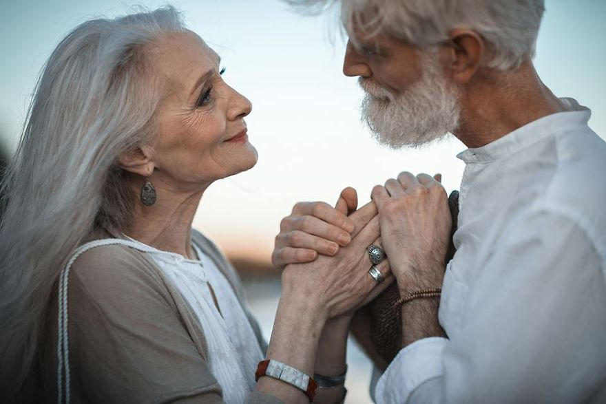 Ніжно та щиро  в мережі набирає популярності фотосесія закоханих  пенсіонерів - фото 328887 e6a407934236b