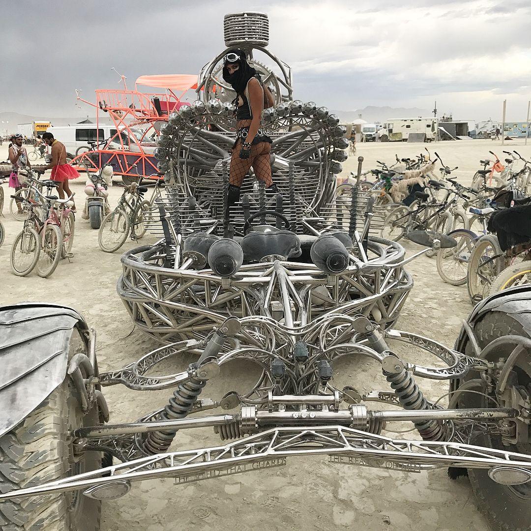 Пилюка, голі тіла та сучасне мистецтво: круті фото з фестивалю Burning Man 2017 - фото 336411