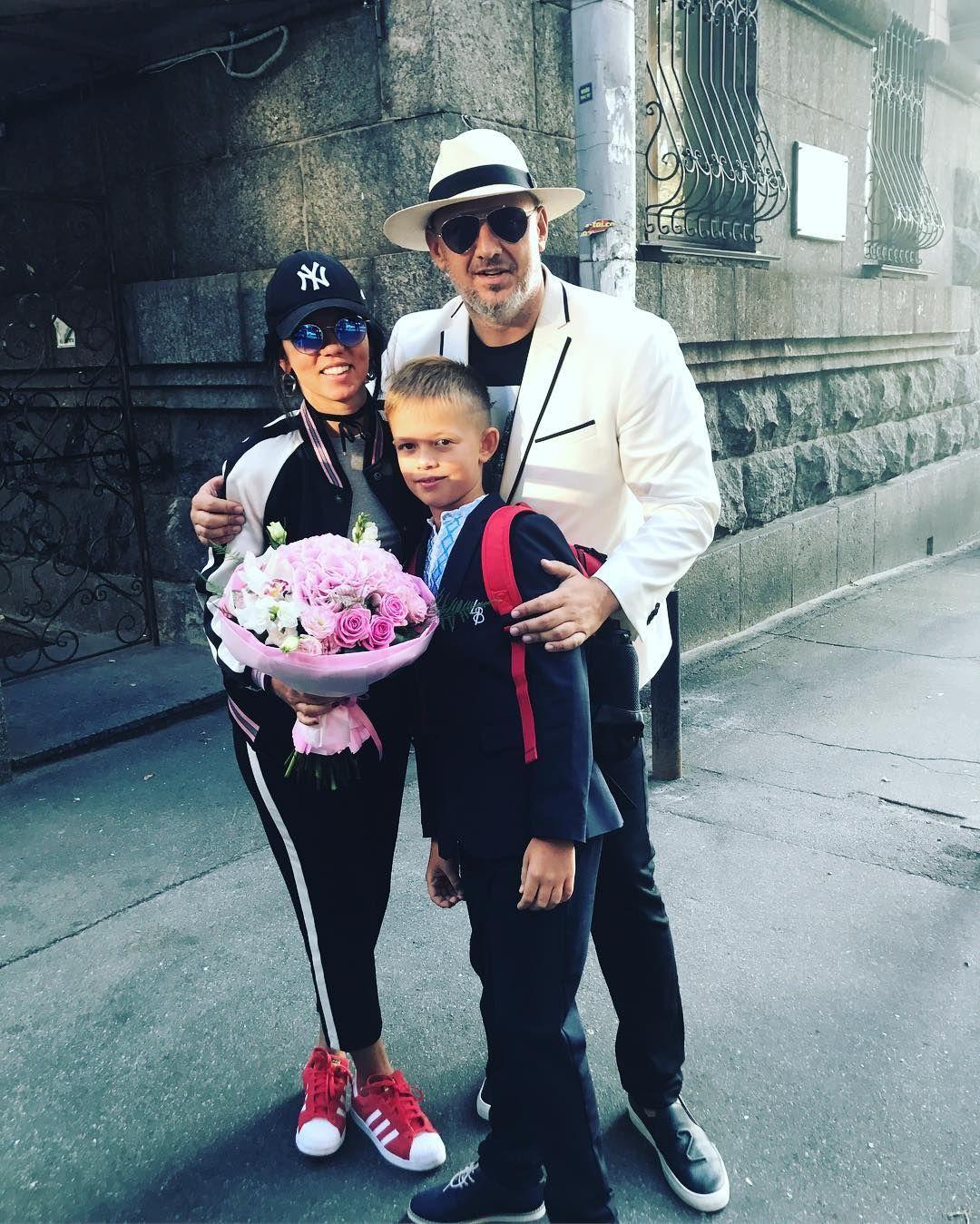 День знань: як українські зірки своїх дітей до школи проводжали - фото 336518