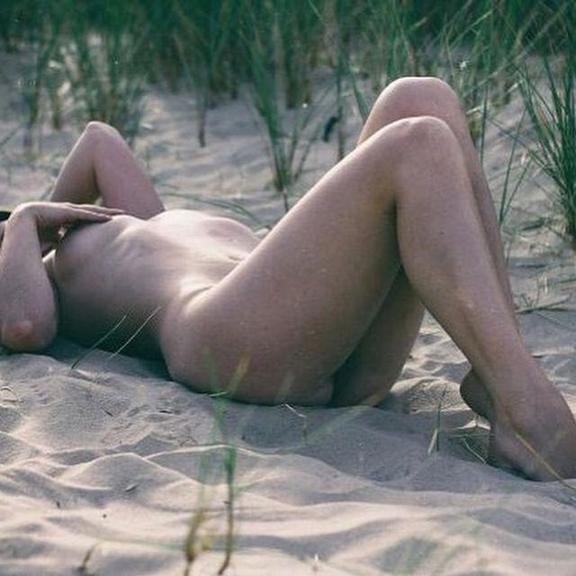 Девушка раздевается из-за любви к природе и призывает всех делать так же - фото 345058