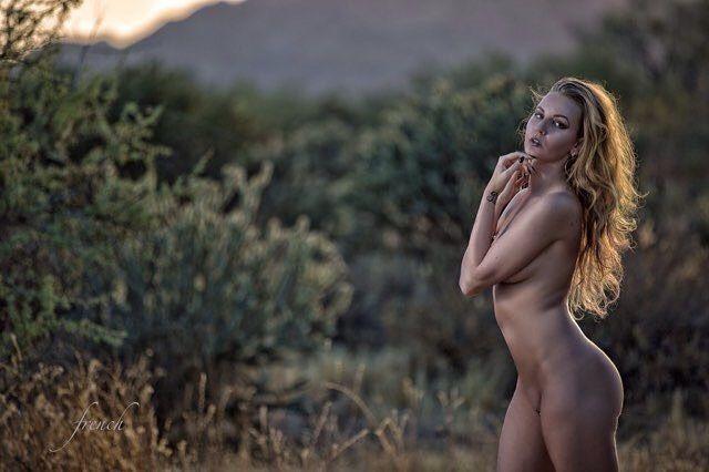 Девушка раздевается из-за любви к природе и призывает всех делать так же - фото 345047