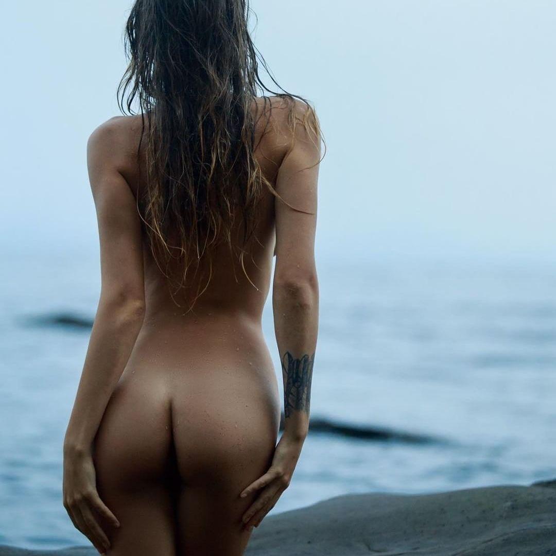 Девушка раздевается из-за любви к природе и призывает всех делать так же - фото 345057