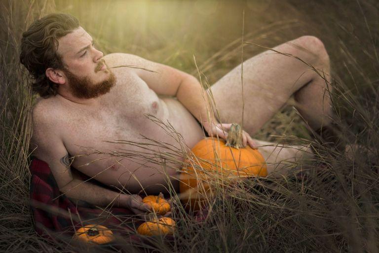 Мужчина устроил горячую фотосессию с тыковками - фото 345915