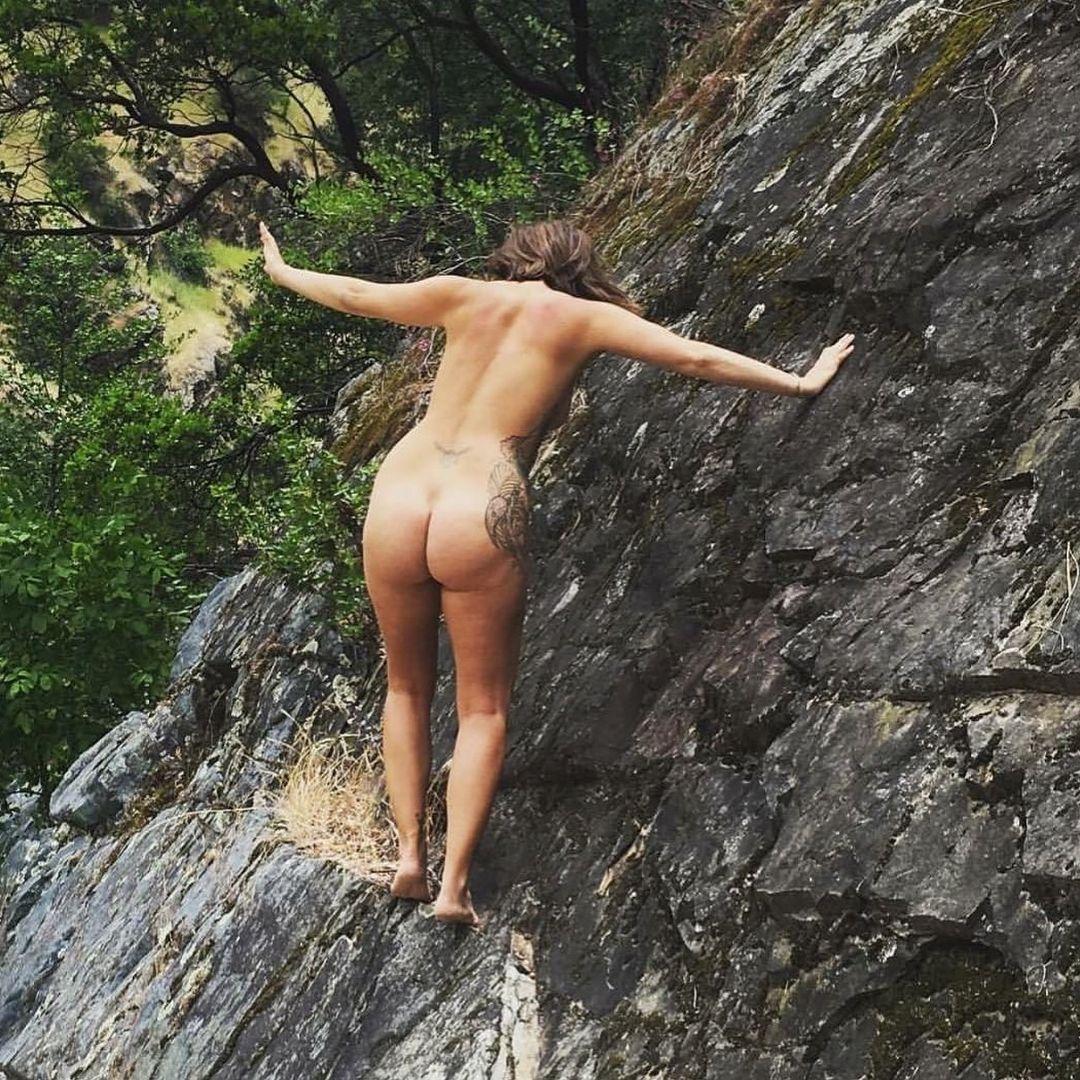 Девушка раздевается из-за любви к природе и призывает всех делать так же - фото 345066
