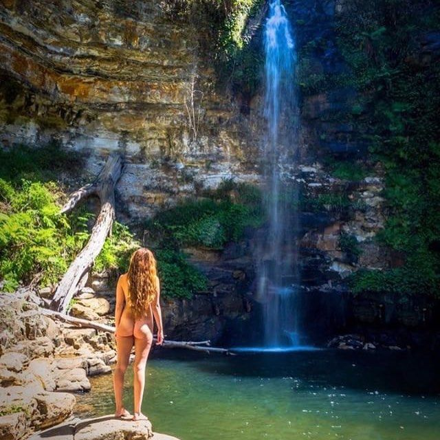 Девушка раздевается из-за любви к природе и призывает всех делать так же - фото 345048