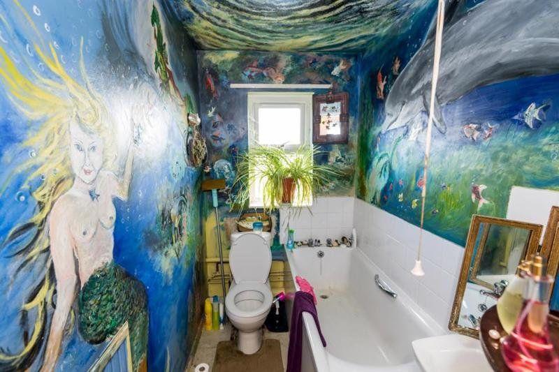 Пенсионерка разрисовала свою квартиру и теперь живет, как в музее - фото 350810