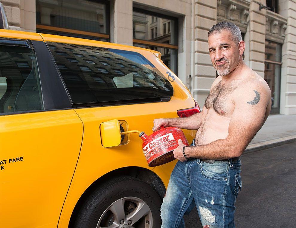 Таксисты Нью-Йорка обнажили торсы и снялись для ежегодного календаря - фото 352455