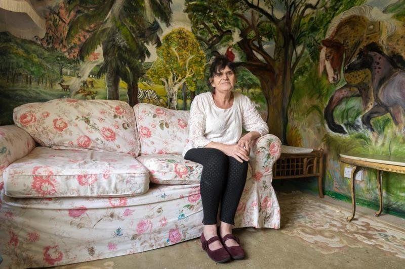 Пенсионерка разрисовала свою квартиру и теперь живет, как в музее - фото 350809