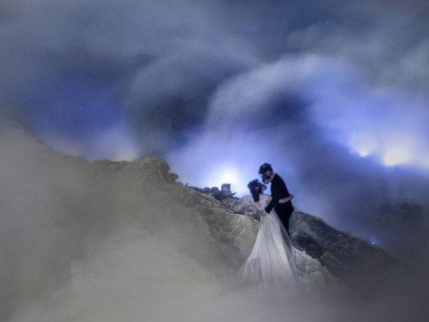 Влюбленные устроили свадебную фотосессию в вулкане и поразили весь мир - фото 354081