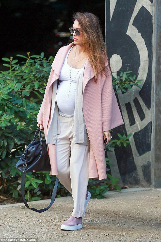 Беременная Джессика Альба показала большой животик в Лос-Анджелесе - фото 350112