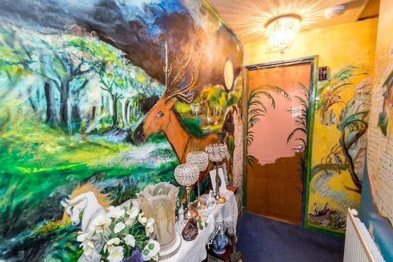 Пенсионерка разрисовала свою квартиру и теперь живет, как в музее - фото 350816