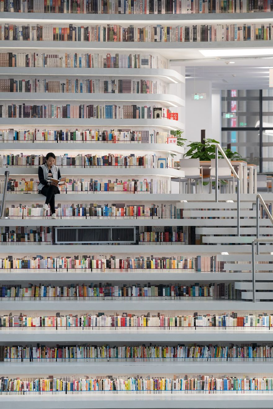 Китайцы открыли библиотеку с 1 миллионом книг и от ее вида перехватывает взгляд дыхание - фото 351019