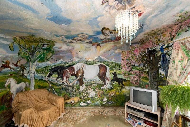Пенсионерка разрисовала свою квартиру и теперь живет, как в музее - фото 350813