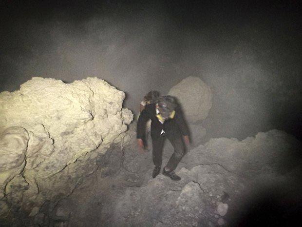 Влюбленные устроили свадебную фотосессию в вулкане и поразили весь мир - фото 354080