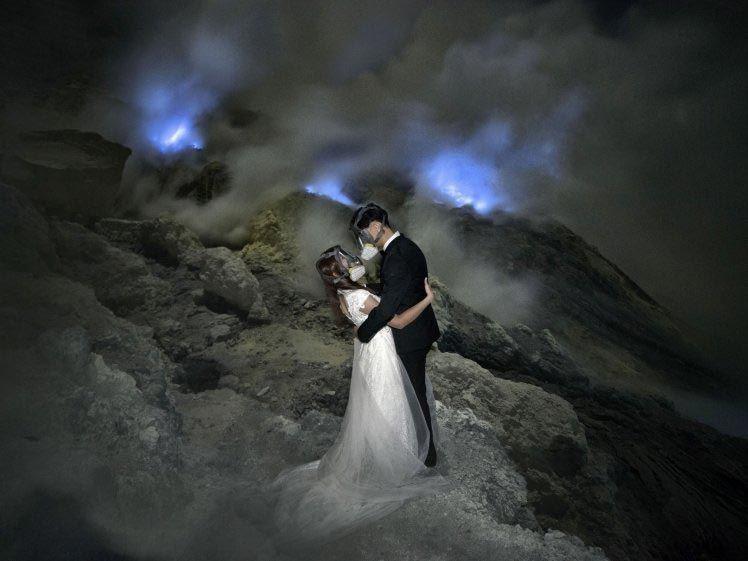 Влюбленные устроили свадебную фотосессию в вулкане и поразили весь мир - фото 354082
