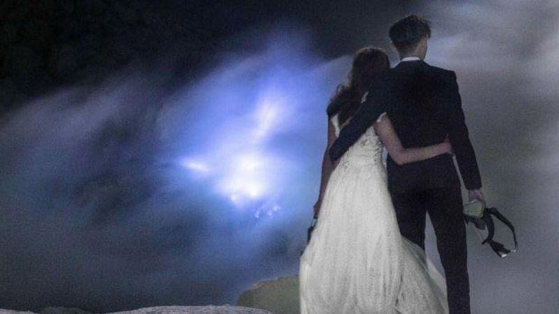 Влюбленные устроили свадебную фотосессию в вулкане и поразили весь мир - фото 354083