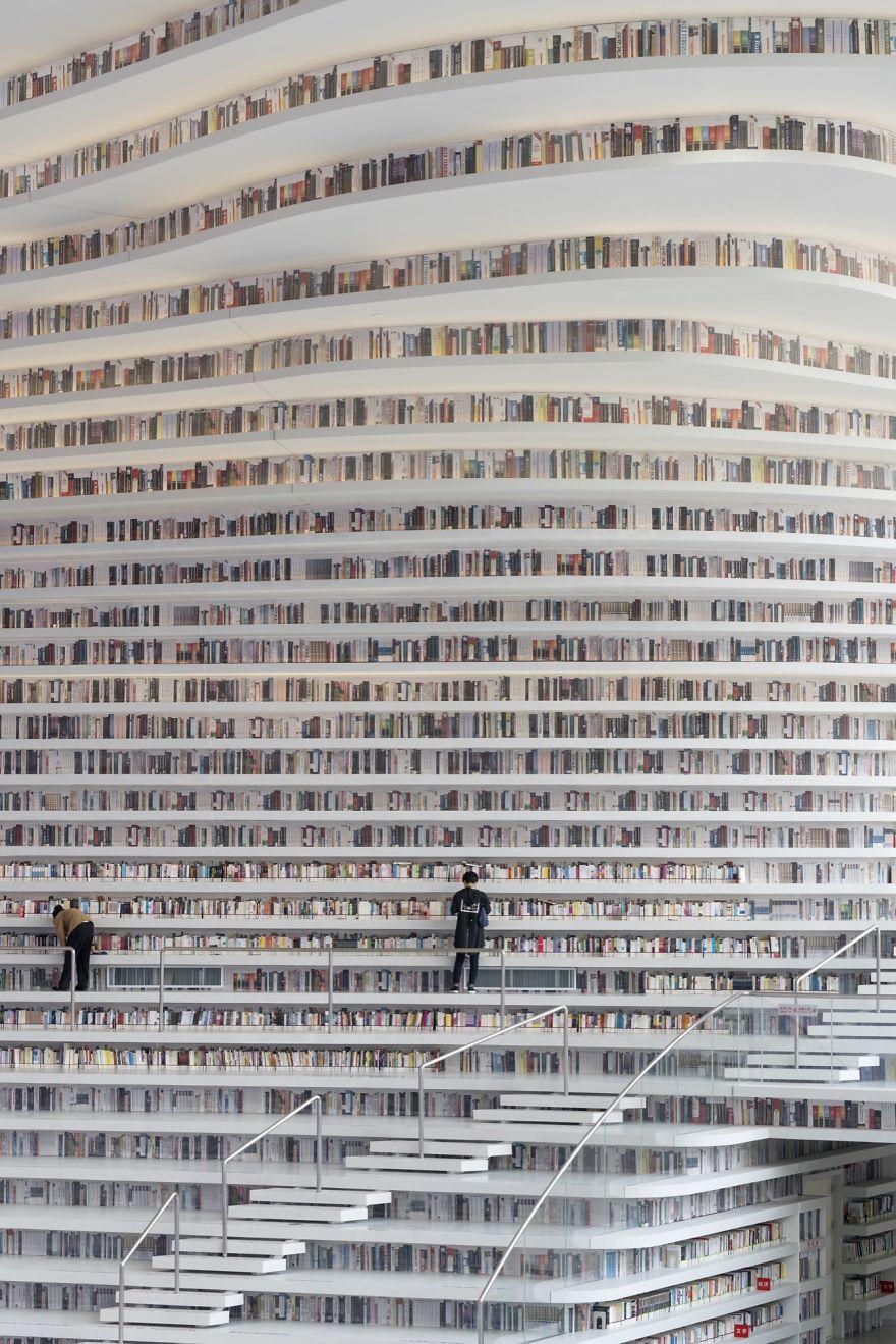Китайцы открыли библиотеку с 1 миллионом книг и от ее вида перехватывает взгляд дыхание - фото 351015