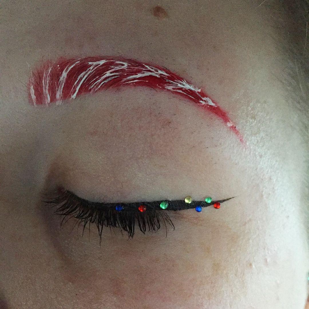 Брови Санты - безумная идея макияжа для любителей праздников - фото 358772