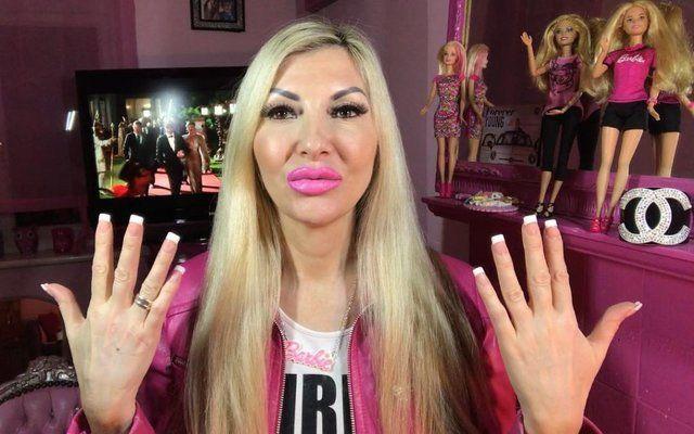 45-летняя Барби: женщина потратила все деньги, чтобы стать живой куклой - фото 365819