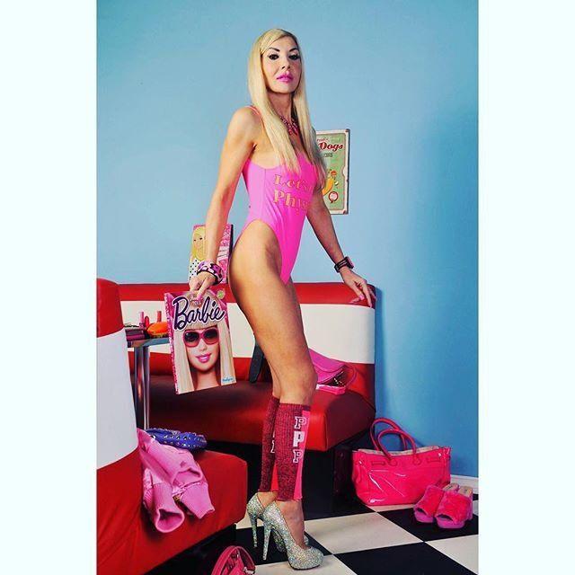 45-летняя Барби: женщина потратила все деньги, чтобы стать живой куклой - фото 365818