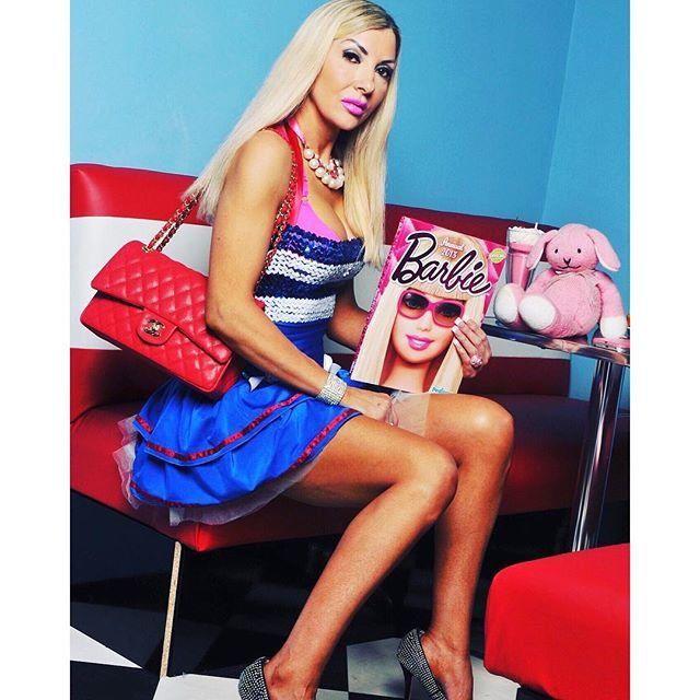 45-летняя Барби: женщина потратила все деньги, чтобы стать живой куклой - фото 365815