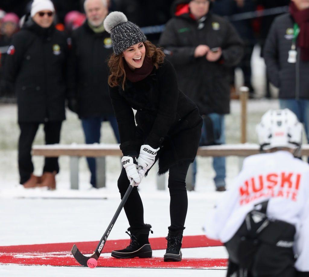 Кейт Міддлтон у кумедній шапці зіграла в хокей на сьомому місяці вагітності - фото 365545