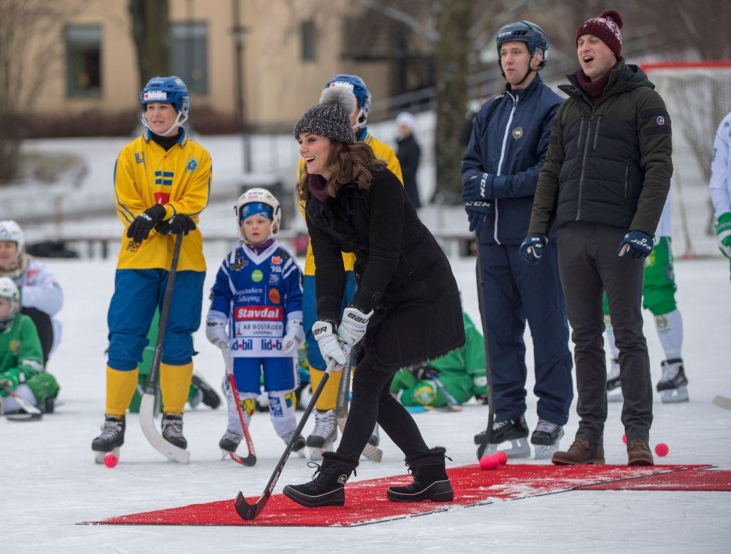 Кейт Міддлтон у кумедній шапці зіграла в хокей на сьомому місяці вагітності - фото 365540