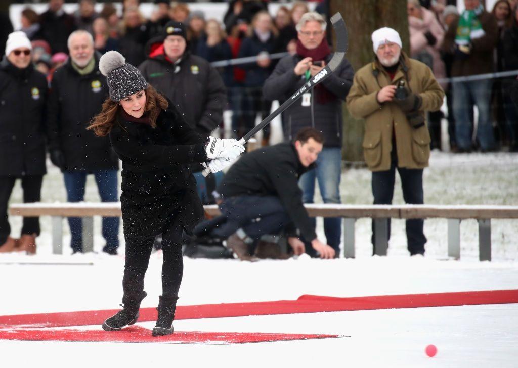 Кейт Міддлтон у кумедній шапці зіграла в хокей на сьомому місяці вагітності - фото 365542