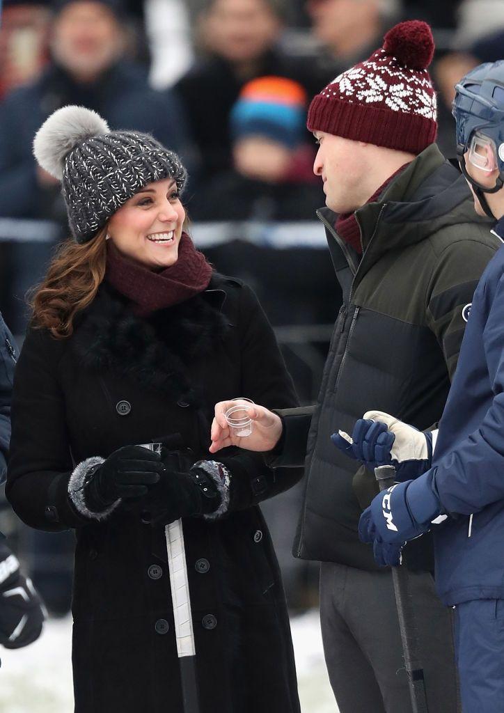 Кейт Міддлтон у кумедній шапці зіграла в хокей на сьомому місяці вагітності - фото 365544
