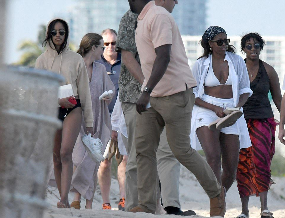 53-летняя Мишель Обама засветила идеальное тело в белом купальнике - фото 362871