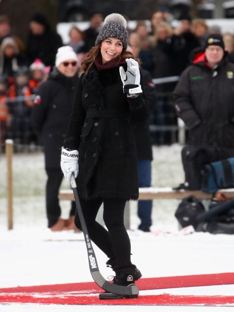 Кейт Міддлтон у кумедній шапці зіграла в хокей на сьомому місяці вагітності - фото 365541