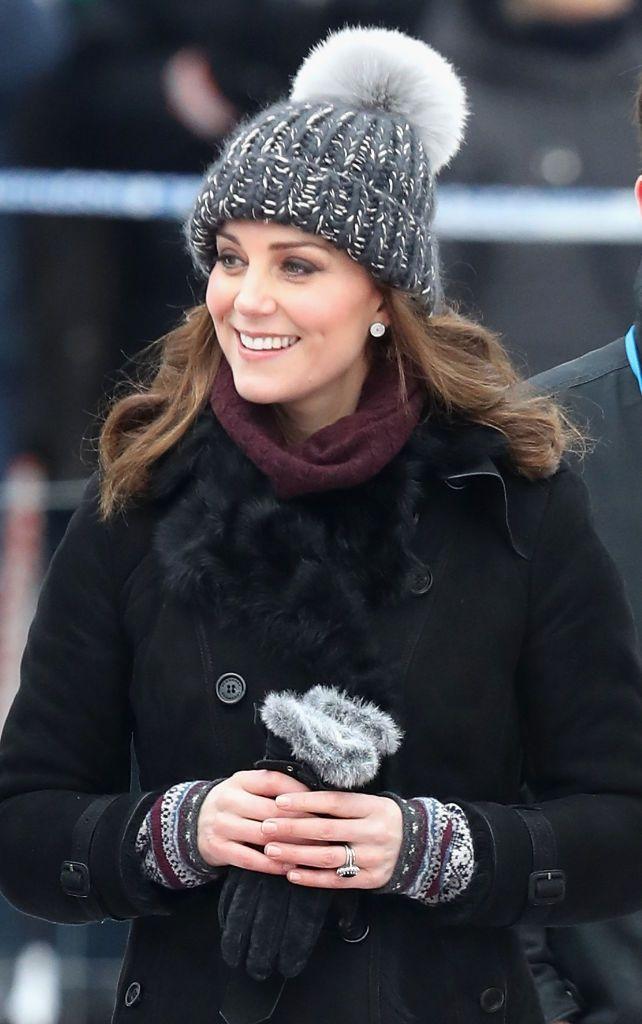 Кейт Міддлтон у кумедній шапці зіграла в хокей на сьомому місяці вагітності - фото 365546