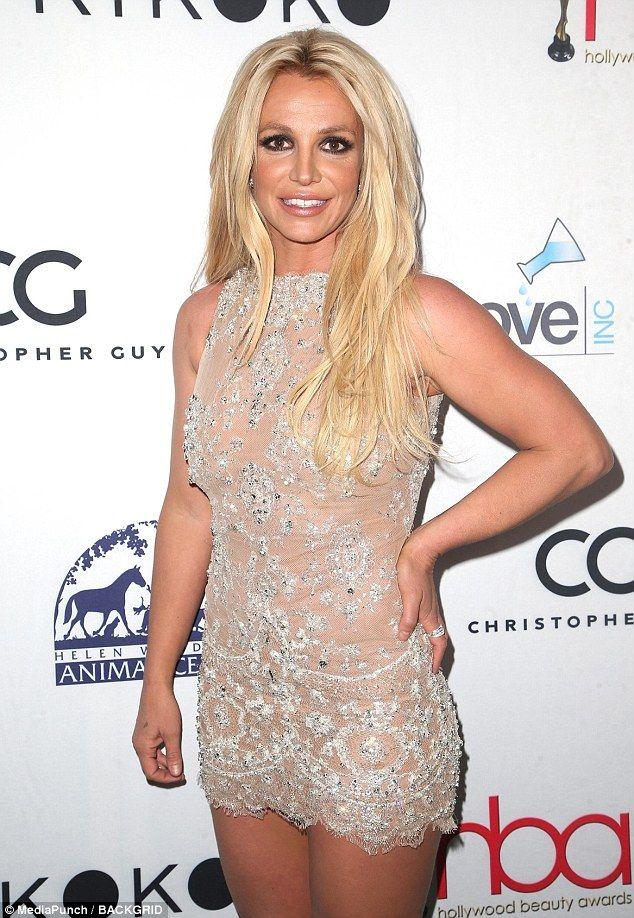 Бритни в мини: голливудскую певицу раскритиковали за слишком откровенное платье - фото 371781