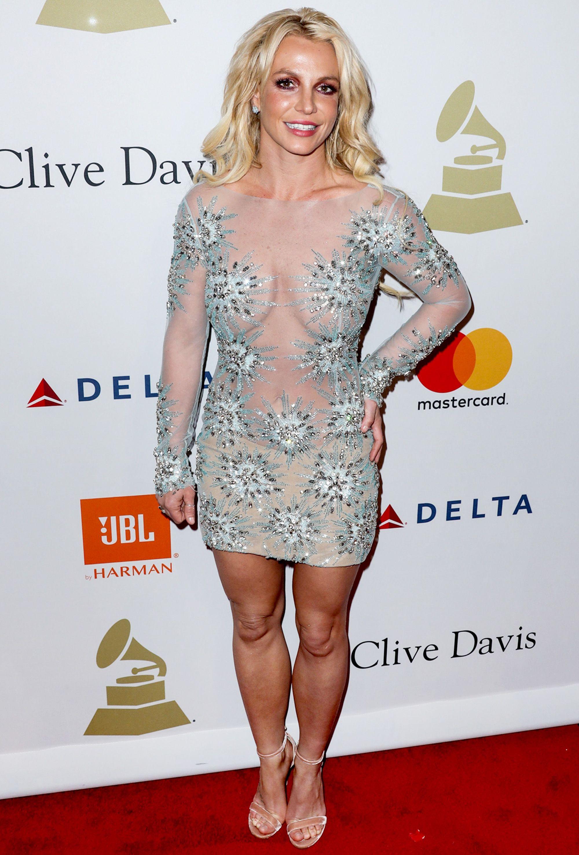 Бритни в мини: голливудскую певицу раскритиковали за слишком откровенное платье - фото 371777