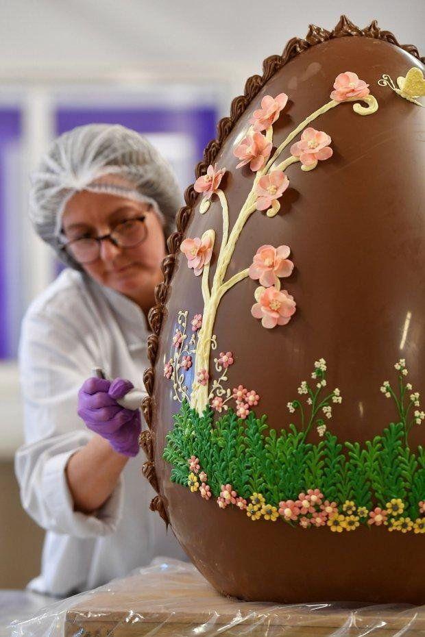 Кондитеры создали пасхальное яйцо весом 50 килограмм, и это просто шедевр - фото 377705