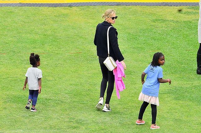 Куда катится мир: сын Шарлиз Терон ходит в розовой женской юбке - фото 384341