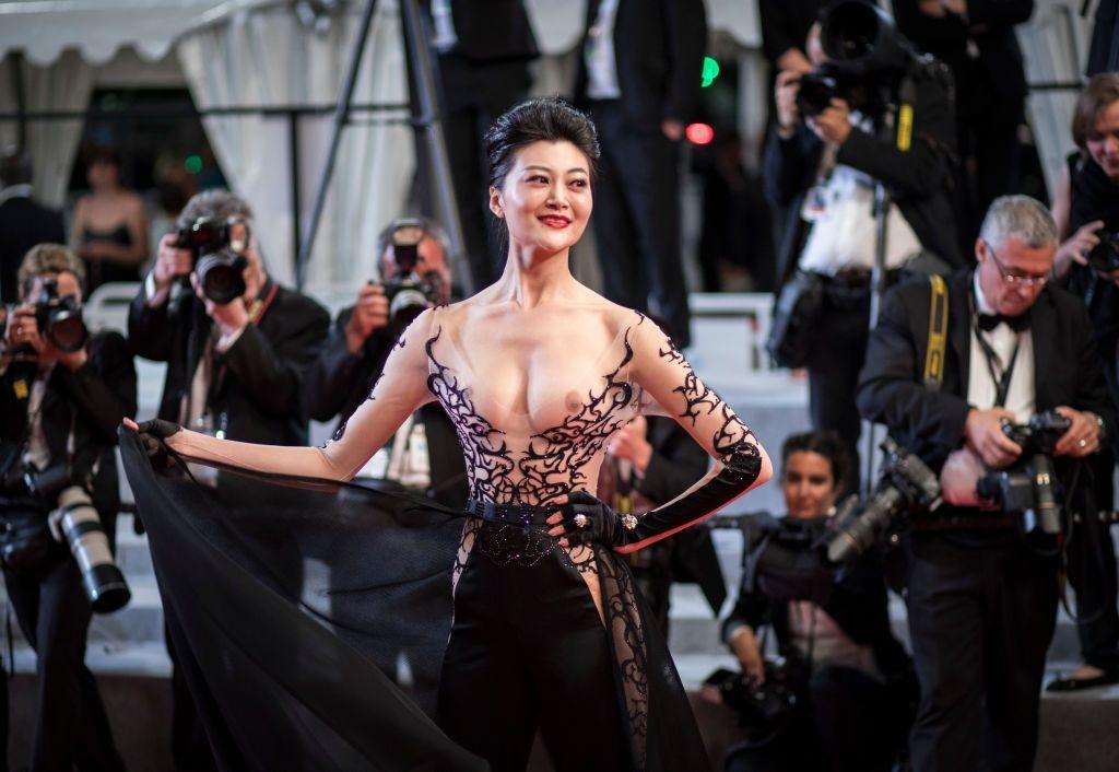 Самое откровенное платье Канн: звезда вышла на красную дорожку с обнаженными сосками - фото 384334