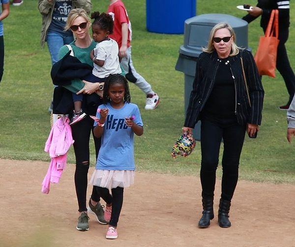 Куда катится мир: сын Шарлиз Терон ходит в розовой женской юбке - фото 384340