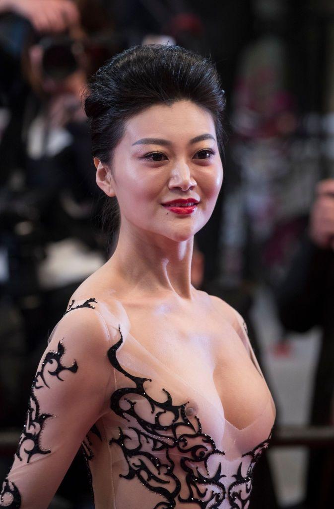 Самое откровенное платье Канн: звезда вышла на красную дорожку с обнаженными сосками - фото 384333