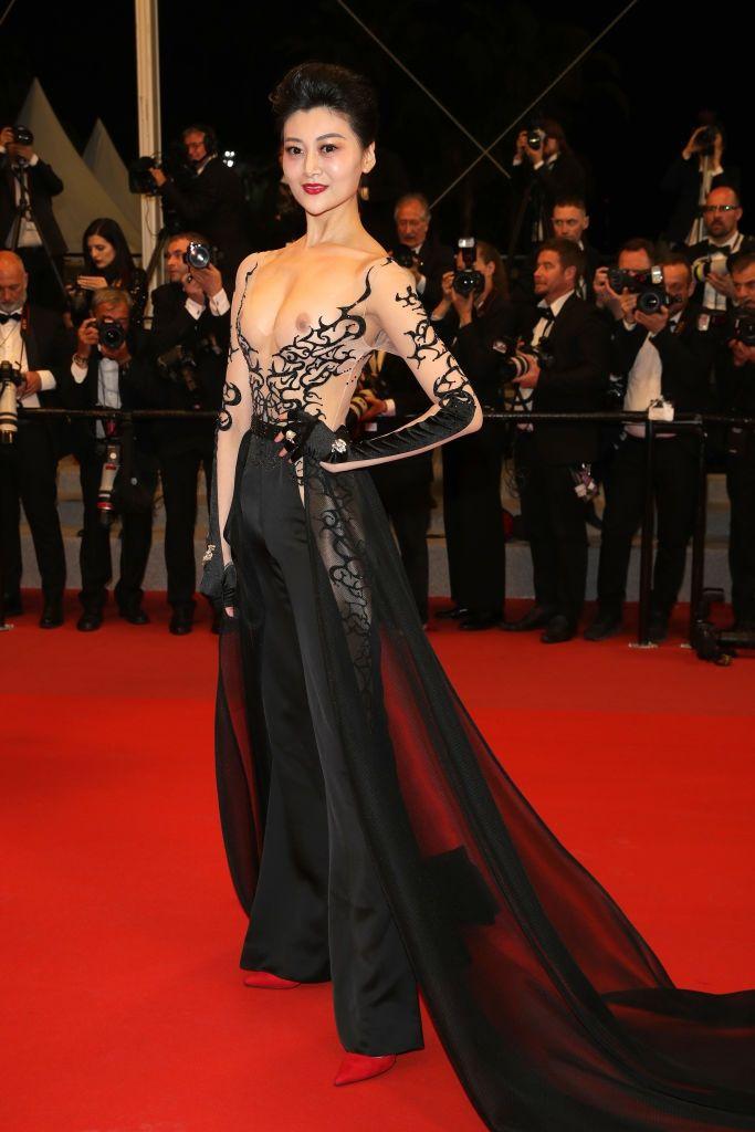 Самое откровенное платье Канн: звезда вышла на красную дорожку с обнаженными сосками - фото 384332