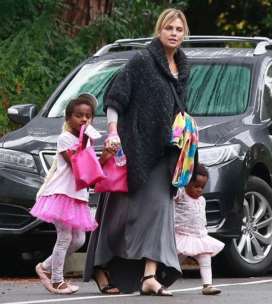 Куда катится мир: сын Шарлиз Терон ходит в розовой женской юбке - фото 384344