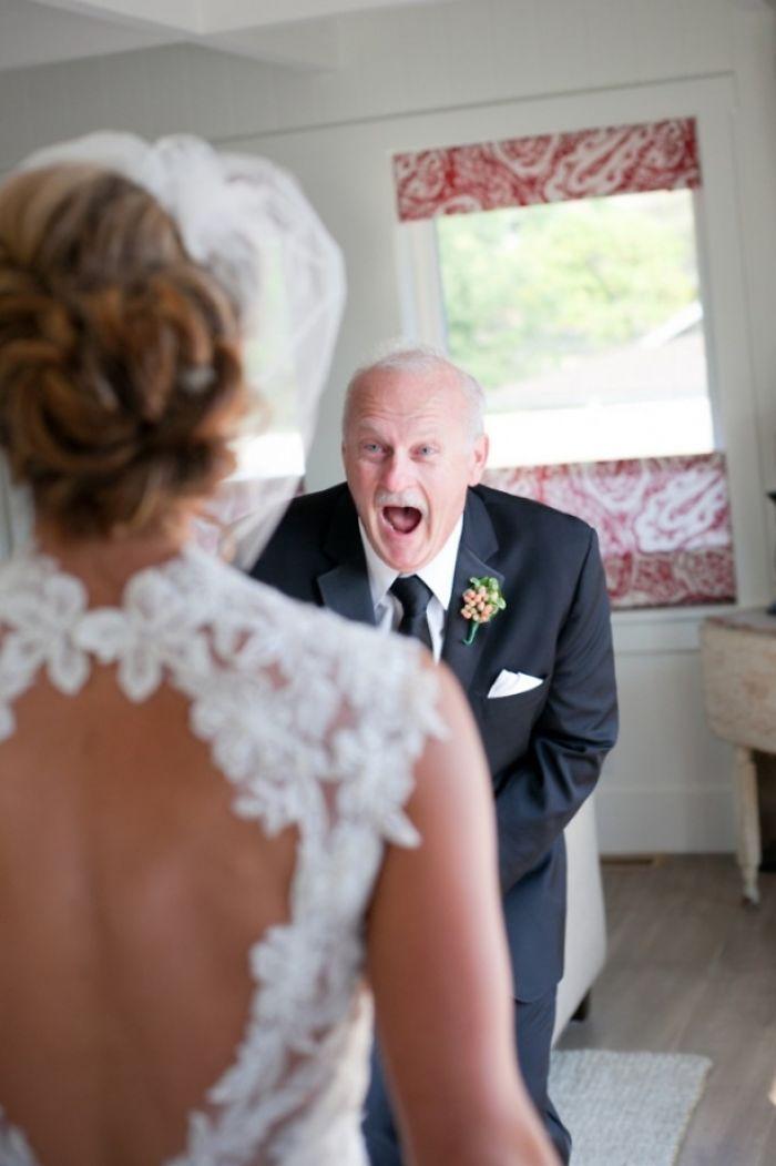 Как мило: эмоциональные фото, на которых отцы впервые видят дочерей в свадебных платьях - фото 390002