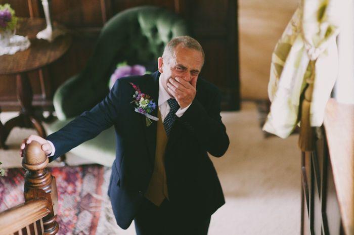 Как мило: эмоциональные фото, на которых отцы впервые видят дочерей в свадебных платьях - фото 390003