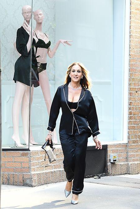 В пижаме и с голой грудью: Сара Джессика Паркер покорила Нью-Йорк новым выходом - фото 388534