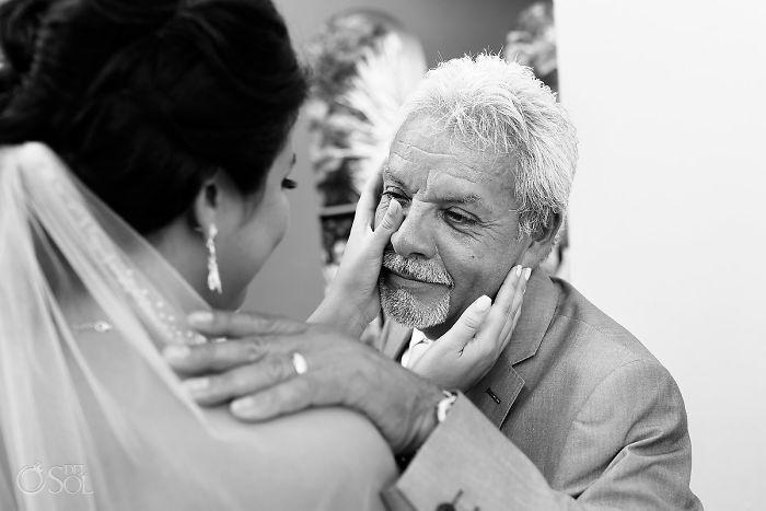Как мило: эмоциональные фото, на которых отцы впервые видят дочерей в свадебных платьях - фото 389999