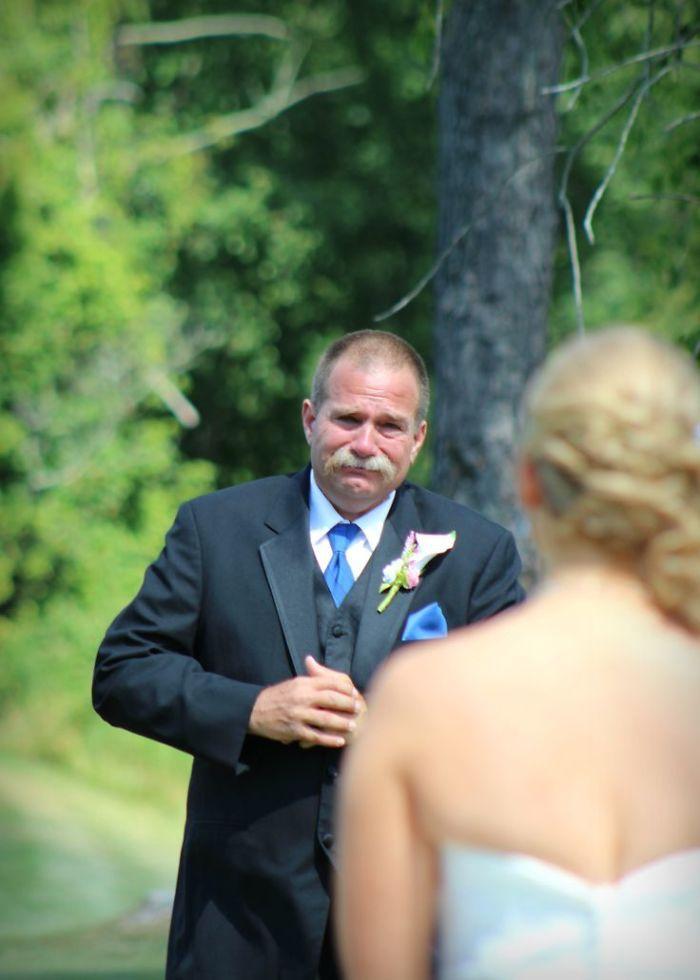 Как мило: эмоциональные фото, на которых отцы впервые видят дочерей в свадебных платьях - фото 390011