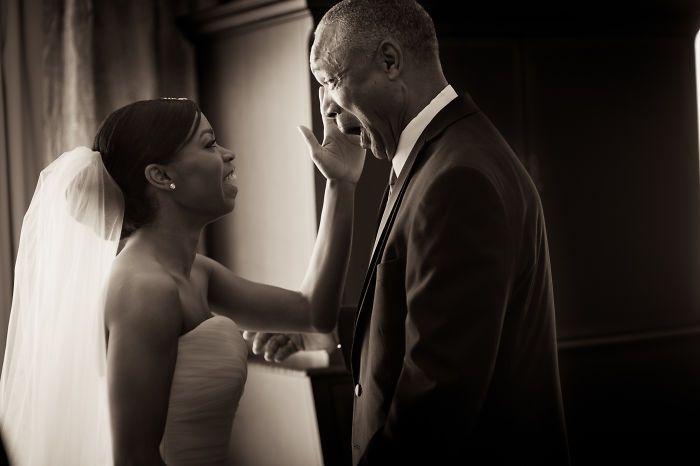 Как мило: эмоциональные фото, на которых отцы впервые видят дочерей в свадебных платьях - фото 389997