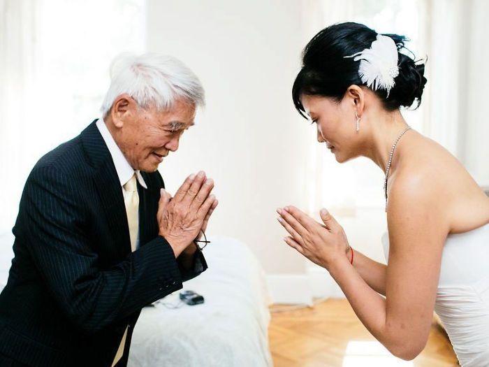 Как мило: эмоциональные фото, на которых отцы впервые видят дочерей в свадебных платьях - фото 390012