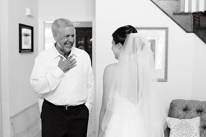 Как мило: эмоциональные фото, на которых отцы впервые видят дочерей в свадебных платьях - фото 390004