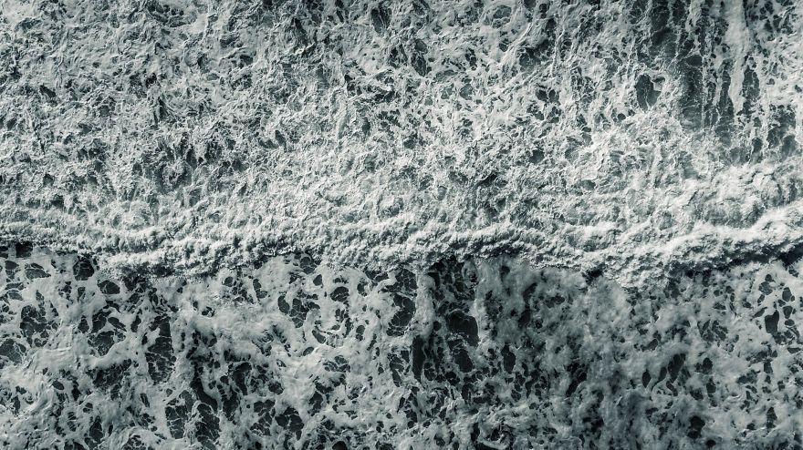 Природа поражает: фотограф показал, как с высоты выглядит шторм в Тихом океане - фото 388983